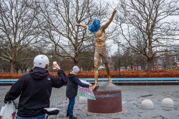 На статую Златана в Мальме надели стульчак и мусорный мешок из-за покупки доли «Хаммарбю»